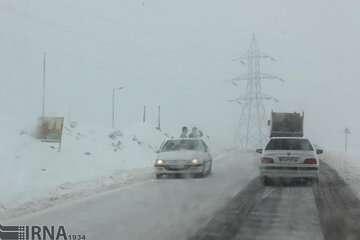 جادههای ۹ استان کشور برفی و بارانی است