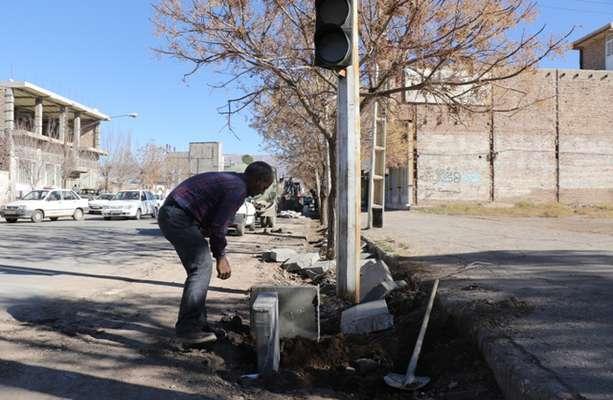 مهندس نوذری معاون فنی و شهرسازی شهرداری زرند از آغاز عملیات تعویض جداول خیابان حجت خبر داد .