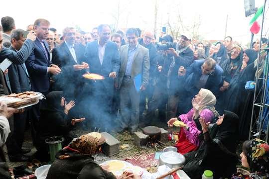 در هفته دهم از پویش #هر هفته_الف_ب _ایران با حضور وزیر نیرو در استان گیلان انجام شد:  وزیر نیرو از غرفه مسابقه نقاشی و بانوان کارآفرین گیلان بازدید کرد