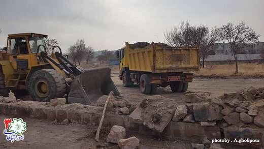 زمین های بایر دو طرف خیابان شهدای ارتش نخاله برداری و خاکبرداری می شود