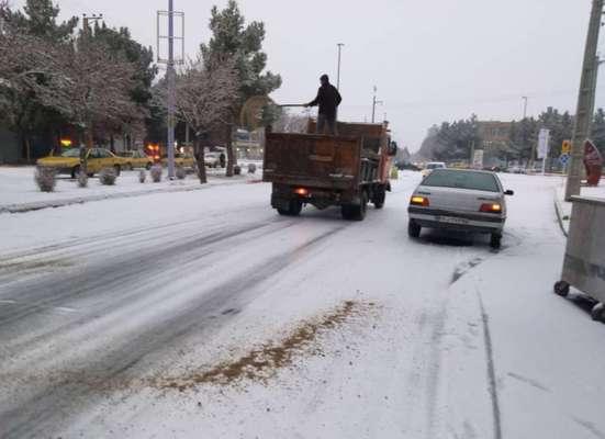 برف روبی پیاده روها و نمک پاشی خیابان های سطح شهر در ابتدای صبح امروز توسط شهرداری بناب