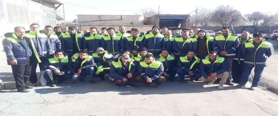 تحویل کاپشن فرم ایمنی برای تمام کارگران زحمتکش خدمات شهری شهرداری سلماس همزمان با فرارسیدن  فصل زمست