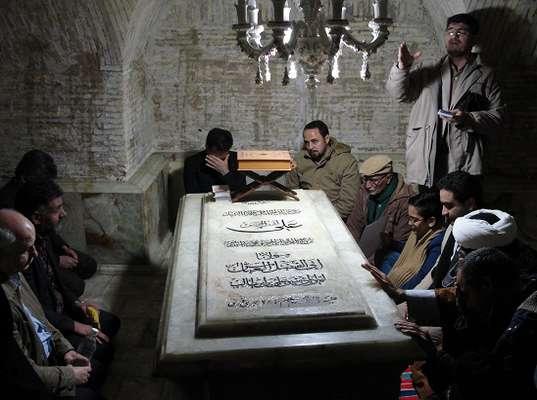 زيارت جمعي از كاركنان نيروگاه قم از سرداب امامزاده شاه سيدعلي(ع)