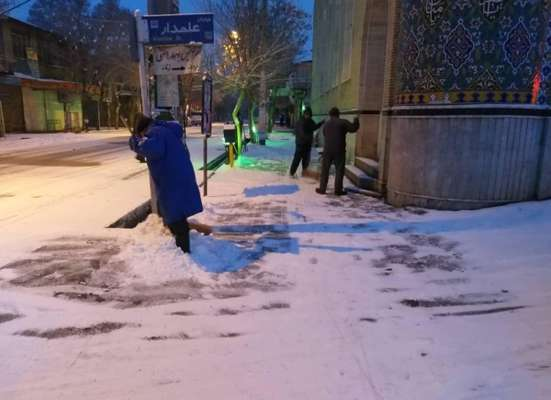 معاونت خدمات شهری شهرداری بناب خبر داد؛ انجام عملیات نمک پاشی خیابان ها و برف روبی پیاده روهای سطح شهر از عصر دیروز تا صبح امروز