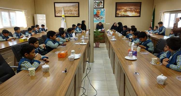 حضور سرزده دانش آموزان یک مدرسه در دفتر شهردار یاسوج/ نامگذاری یکی از معابر اصلی مرکز استان به نام سپهبد سلیمانی