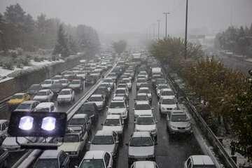ترافیک در برخی مقاطع آزادراه کرج- قزوین سنگین است