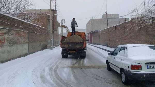 امروز 23 دی ماه / برف روبی و نمک پاشی معابر و خیابان های سطح شهر توسط شهرداری بناب