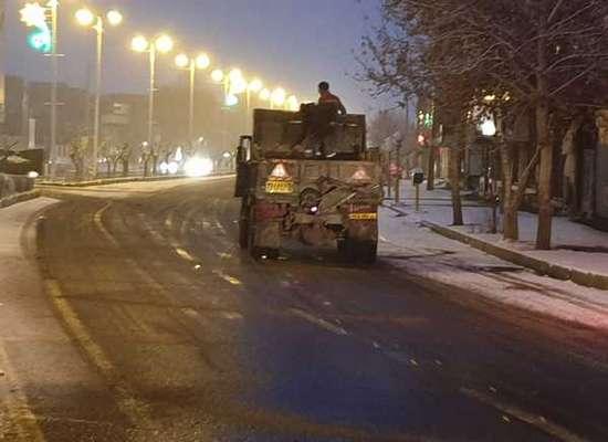 عملیات برف روبی از آغازین ساعات بارش از سوی معاونت خدمات شهری شهرداری خوی