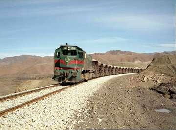 قطار مسافربری زاهدان- تهران به دلیل ریزش کوه در رودماهی متوقف شد