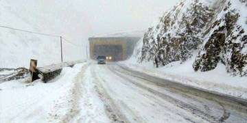برف و باران در جادههای ۲۲  استان/ تجهیز خودرو به زنجیرچرخ الزامی است
