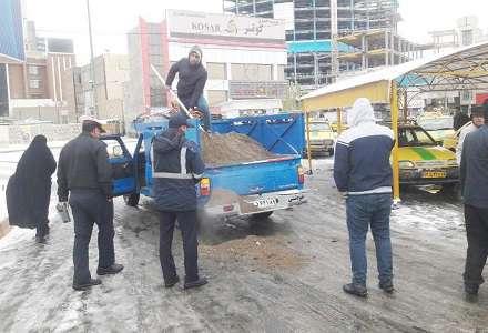 دو تن ماسه نمک در ایستگاه های تاکسی و جایگاه های سی ان جی ریخته شد