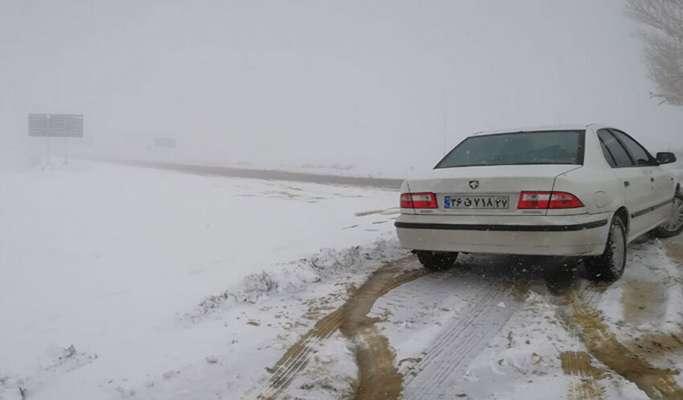 جادههای اصلی ۱۳ استان کشور درگیر برف و باران شدند