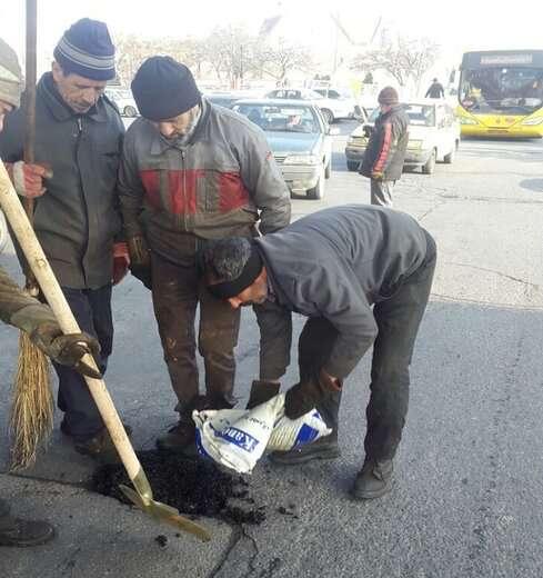 اجرای عملیات لکهگیری به وسیله آسفالت سرد در بلوار ۲۹ بهمن و استاد شهریار