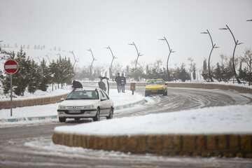 بارش برف مسیرهای کوهستانی استان تهران را لغزنده کرد