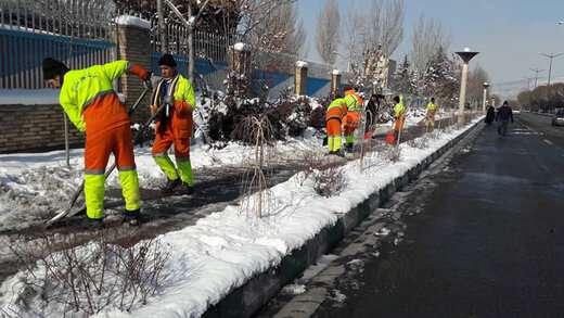 استمرار عملیات برف روبی و یخ زدائی در معابر سطح حوزه شهرداری منطقه ۲ تبریز