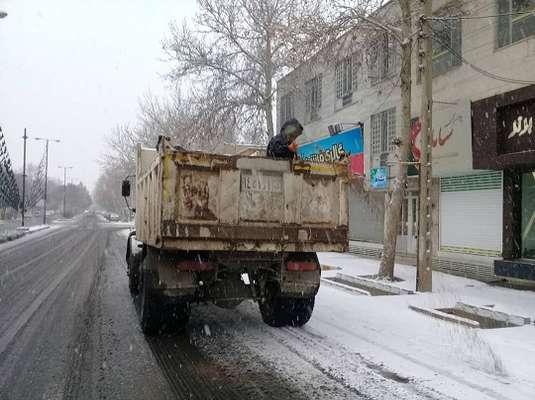 عملیات ایمن سازی و برف روبی معابر شهری شاهرود از ساعات اولیه صبحگاه/ایمن سازی معابر در زمان بارش ها اولویت دارد