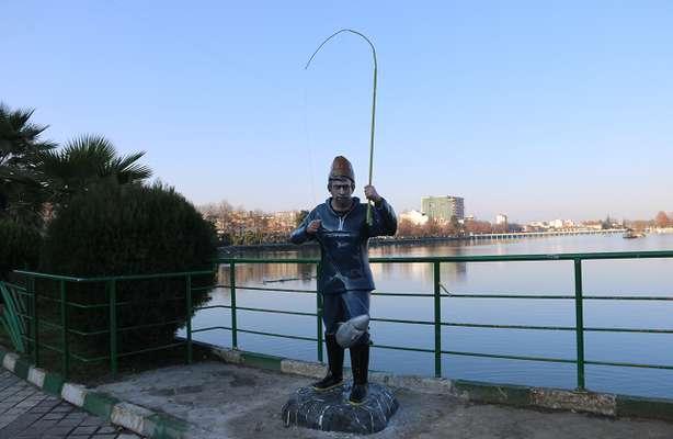 نصب المان مرد ماهیگیر در حاشیه استخر لاهیجان