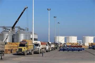 ثبت رکورد خروج ۳۰۰ کامیون از بندر نوشهر طی یک روز/ رشد ۵۰ درصدی تخلیه و بارگیری کالا در بندر نوشهر