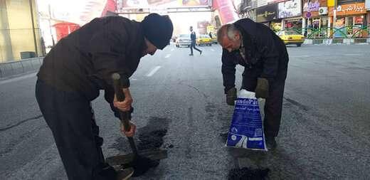 استفاده از آسفالت سرد برای چاله زدائی معابر از سوی شهرداری منطقه ۲ تبریز