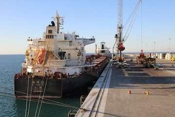 تخلیه کشتی غلات با استفاده از انرژی برق در بندر چابهار/ صرفهجویی در مصرف سوختهای فسیلی