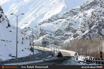 استفاده از تجیهزات مدرن در ساخت تونل ها/ ۴۷ درصد قطعه یک آزادراه تهران_شمال تونل است/ جایگزینی بتن به جای قیر در پروژه/ طولانی ترین تونل آزادراهی کشور در منطقه یک آزادراه تهران_شمال