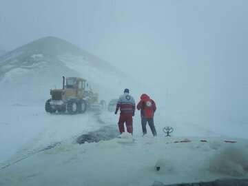 برف و کولاک جاده اردبیل - آستارا و نیر - سراب را مسدود کرد
