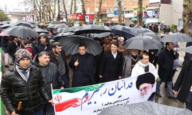 شهردار ساری به همراه کارکنان مجموعه شهرداری در راهپیمایی ۲۲ بهمن شرکت کردند