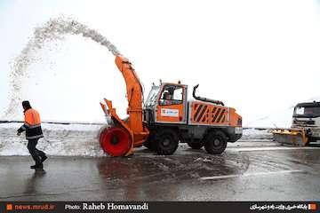 راهداران در حال تلاش برای رهایی خودروهای گرفتار در آزادراه و جاده قدیم قزوین-رشت/ سامانه بارشی از دیروز به سمت سه استان دیگر حرکت کرد