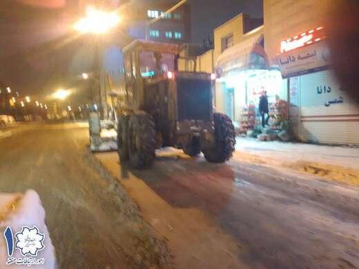 تمام اکیپ های خدمات شهری منطقه ۱ در حال برف روبی و محلول پاشی هستند