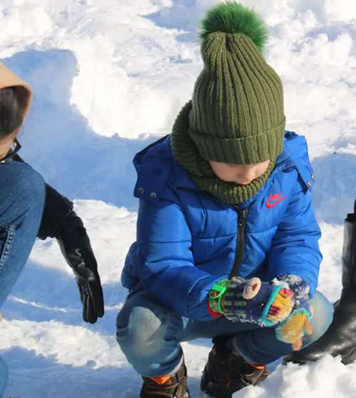 گزارش تصویری از مشارکت کودکان در ساخت آدم برفی (جشنواره مجسمه های برفی شهرداری رشت) در راستای اهداف شهر دوستدار کودک