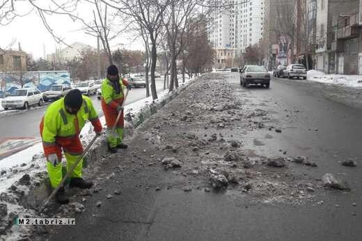 تداوم عملیات برف روبی در معابر سطح حوزه شهرداری منطقه ۲ تبریز