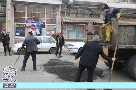 انجام عملیات لکهگیری معابر منطقه ۷ تبریز با آسفالت تراشه