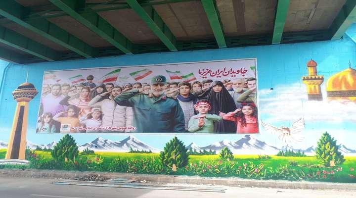 نصب تابلوی سردار سلیمانی در زیر گذر پل شهید عظیمی