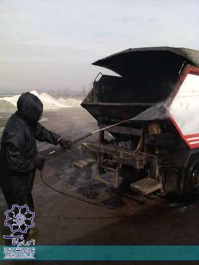ضدعفونی و شستشوی ماشین آلات حمل زباله در منطقه ۷