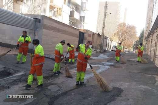 اجرای پاکسازی و لایروبی آبروهای حوزه شهرداری منطقه ۲