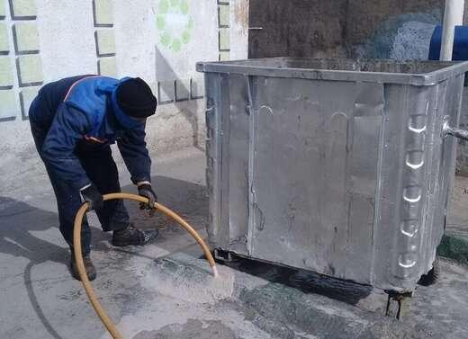 ضدعفونی باکس های زباله شهرداری منطقه۴ با آب آهک