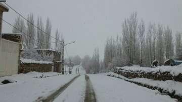بارش برف راه ارتباطی ۲۰۰ روستای الیگودرز را بست