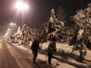 عملیات برف روبی و نمک پاشی خیابانهای سطح شهر توسط عوامل خدوم شهرداری