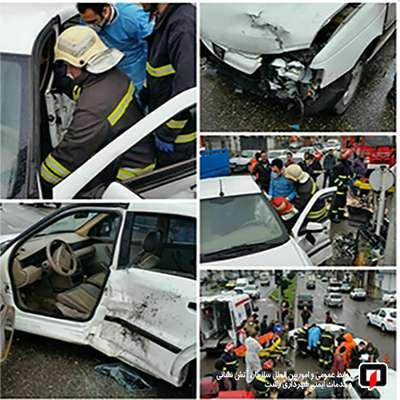 محبوس شدن راننده در پی برخورد شدید دو خودروی سواری در رشت
