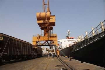 امکان تخلیه مستقیم کشتی های حامل غلات به واگن قطار در بندر شهید رجایی فراهم شد/ توسعه حمل و نقل چند وجهی؛ راهبرد بندر در سال جهش تولید/ پهلوگیری  ۵ کشتی گندم تا پایان فروردین