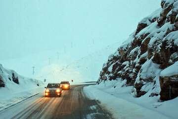 بارش برف و باران در جادههای ۱۱ استان کشور
