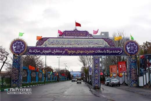 نصب طاق نصرت به مناسبت نیمه شعبان در مقابل شهرداری منطقه ۲ تبریز