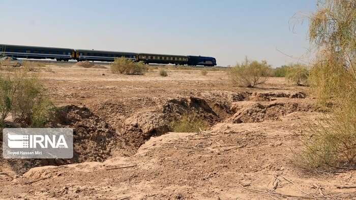 شکافهای فرونشست زمین به چند قدمی راهآهن تهران- مشهد رسید