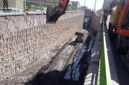 عملیات لایروبی و پاکسازی کانال های سطح حوزه شهرداری منطقه ۲ تبریز انجام شد