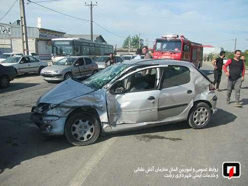عملیات نجات آتش نشانان در پی محبوس شدن راننده خودروی سواری در جاده جیرده رشت/ آتش نشانی رشت