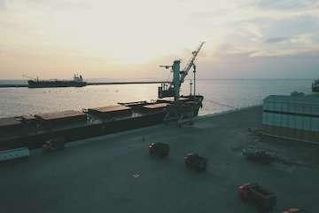 صادرات اولین محموله ۴۵ هزار تنی مواد معدنی در سال ۹۹/ تخلیه و بارگیری همزمان ۶ کشتی در بندر چابهار