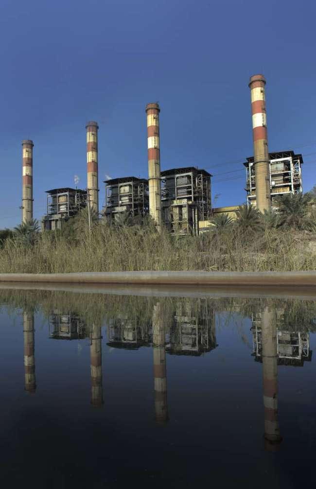 تمیزکاری و لایروبی حوضچه های آبگیر و کانال انتقال آب دریا به سمت کندانسور واحدهای بخار نیروگاه بندرعباس