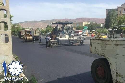 عملیات قیرپاشی و آسفالت رویه در مسیر بلوار استاد شهریار