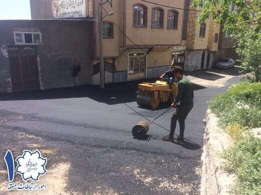 ساماندهی و لکه گیری مسیر ۲۰ متری دوم خیابان شهید بهشتی با اجرای ۵۰ تن آسفالت