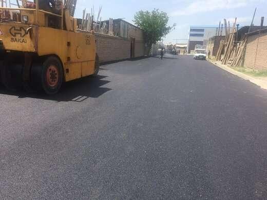 اجرای عملیات آسفالت ریزی کوی صنعتی وحید در مساحت بالغ بر ۱۰ هزار متر مربع